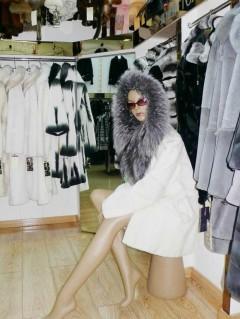女士白色长款大衣  4200元